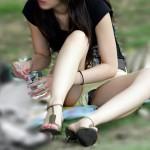 24歳くらいの人妻がパンチラしてる画像が即ヌキ確実ww[15枚]