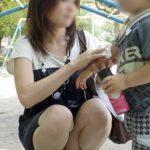 子供と一緒の若奥さんがパンチラ晒してる画像集めてみた[15枚]