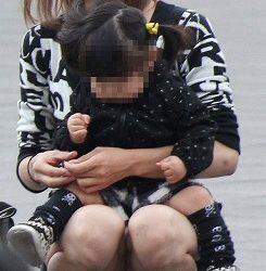 子供に気を取られた新妻がパンチラしてる画像がたまらんエロさ[15枚]