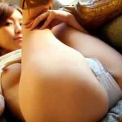 パンティ脱ぎかけてるお姉さんがエロい尻を見せてくれる画像がたまらんエロさ[48枚]