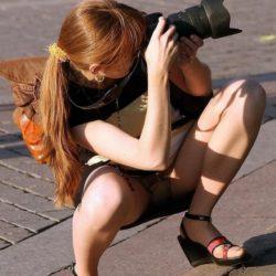 カメラガールが油断して下着がみえてる画像をご覧ください[20枚]