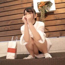 【画像+動画】おっぱいが小さいロリ顔の18歳パイパンのパンツずらしてる美少女がバスルームで誘惑してくる画像、コレは勃起するわw[25枚]